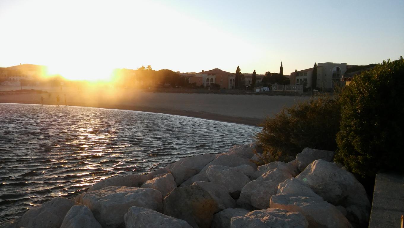 Der Mistral peitscht den Sand über den Strand