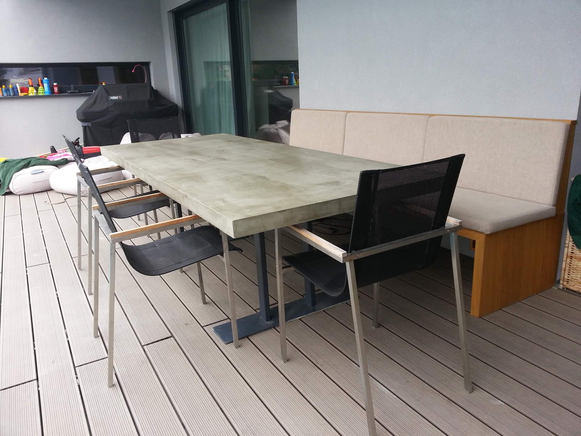 Gartentisch aus Siebdruckplatte mit Beton gespachtelt