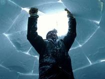 Esquimal acabando un iglu (bóveda no cohesiva)
