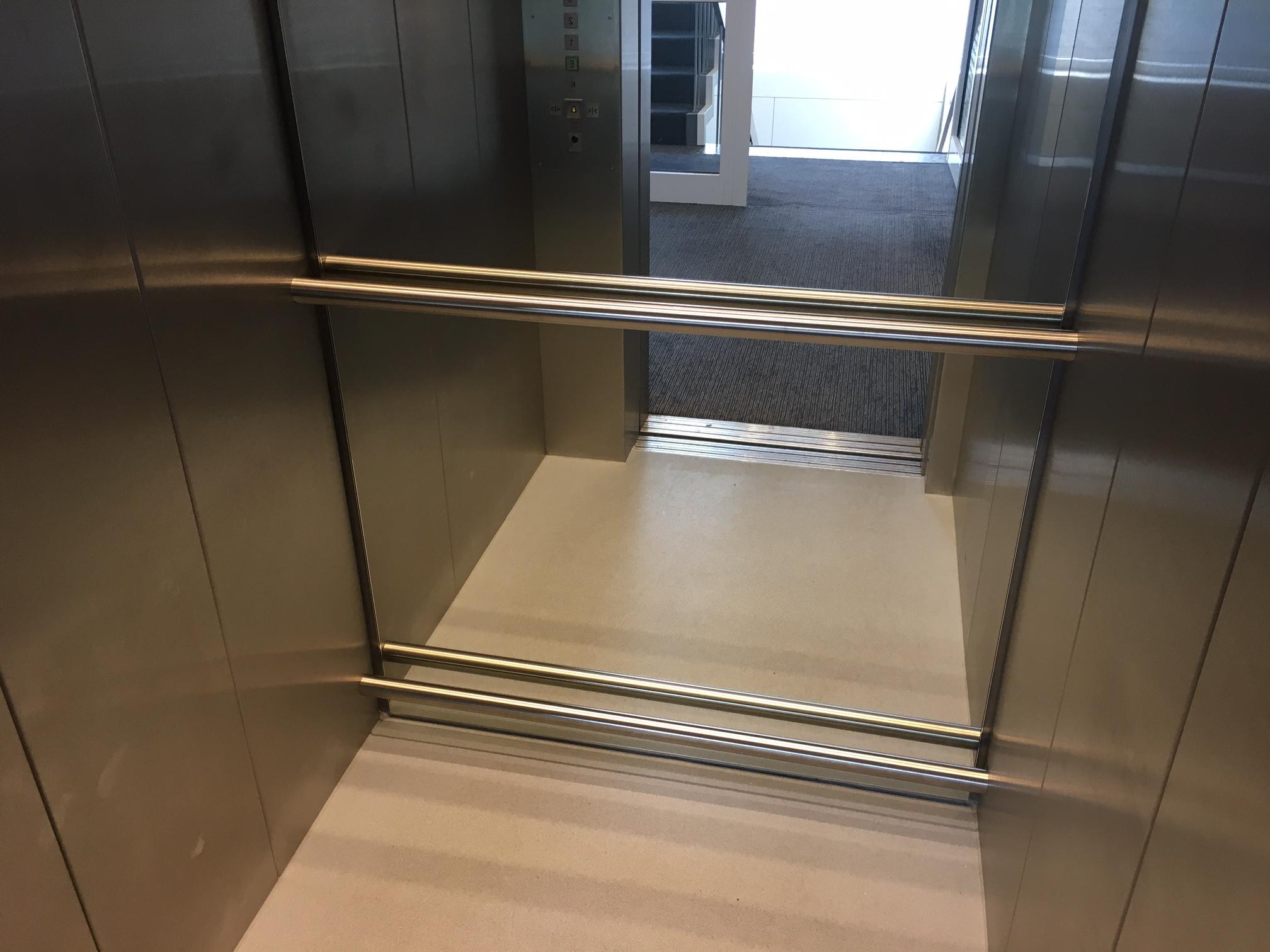 e-li Handlauf von Wand-zu-Wand in Aufzugskabinen mit Spiegel