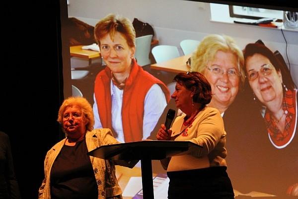 Monika Franck und Chantal Palme, beim Interview vor einem Bild von einer früheren Begegnung
