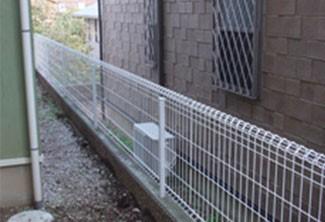 低いブロックとフェンスの組み合わせ