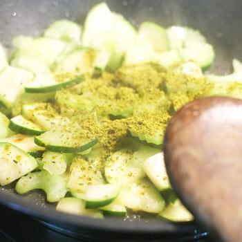 Kerstins Keto, Grünes Gemüse mit grünem Curry braten