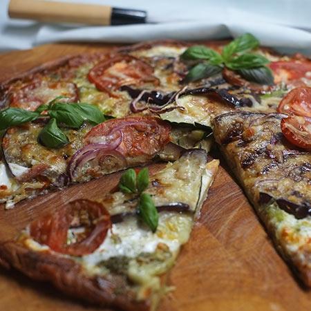 White Pizza mit Auberginen, Zucchini und Ziegenrahm