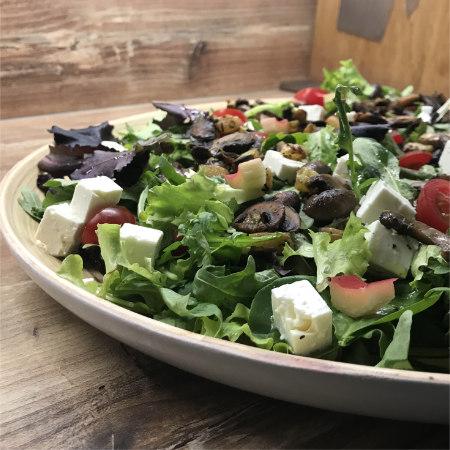 Bunter Salat mit gebratenen Champignons und Rhabarber