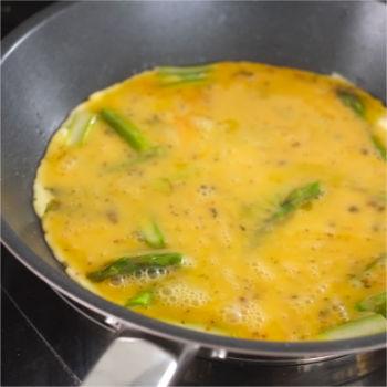 Kerstins Keto, Zubereitung Omelette mit Räucherlachs und grünem Spargel