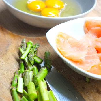 Kerstins Keto, Zutaten für Omelette mit Räucherlachs und grünem Spargel