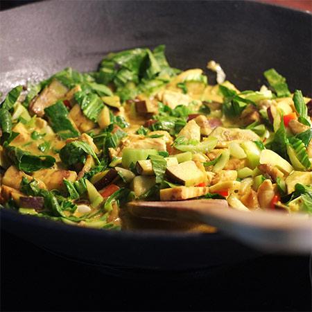 Scharfes Curry mit Hühnchen und Pak Choi