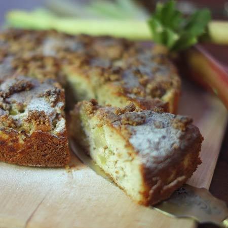 Rhabarber-Mandelkuchen mit Nussstreusel