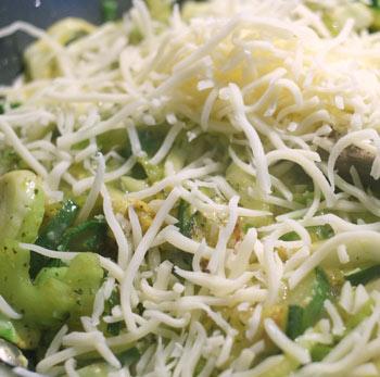 Kerstins Keto, grünes Gemüse mit Ei und Käse aus der Pfanne