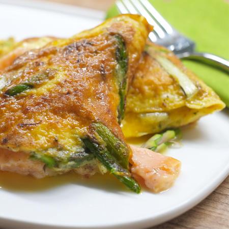 Omelett mit Räucherlachs, grünem Spargel und Parmesan