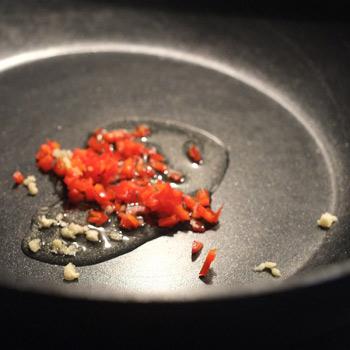 Kerstins Keto, Knoblauch und Chili anbraten fürs Porreegemüse mit Kokosmilch