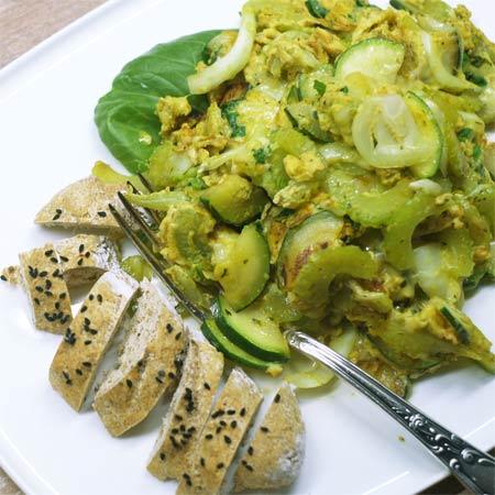 Grünes Gemüse mit Rührei und Käse