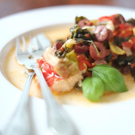 Mediterraner Lachs aus dem Ofen mit Tomaten, Oliven und viel frischem Basilikum