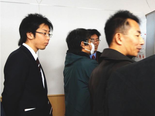 学会アルバイトの合間、熱心に聞くM1田中くん