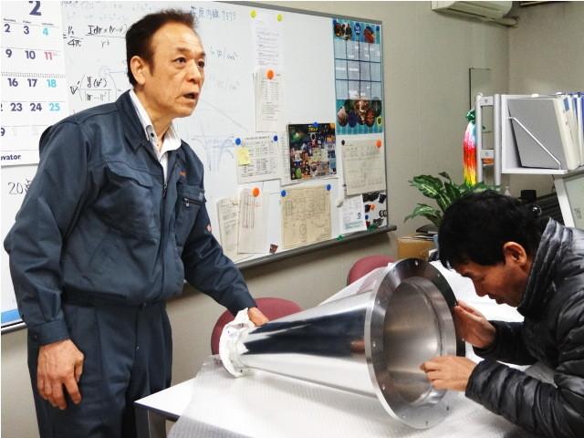 アルミテーパー導波管を見る田中先生