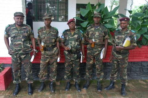 Un capitaine du Camp militaire Kimbeimbe parmi les visiteurs