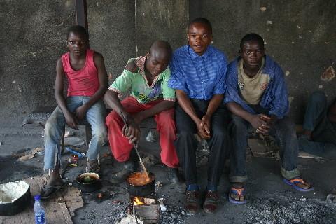 Centre Bakanja: Enfants de la rue avec un étudiant