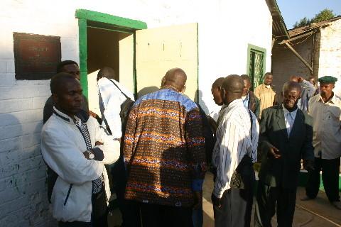 Eglise kimbanguiste, Lubumbashi: devant la cellule de Simon Kimbangu