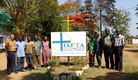 L'équipe de l'IAFTA (de gauche) : C. Weber (directeur), M. Isidore (jardinier), M. Kabeya (garde), Rév. Bazunga (aumônier), Mme Godé et Mme Kasonga (cuisinières), M. Ngoy (jardinier), M. Nday (bibliothécaire), Prof. Kalewo (secrétaire académique)