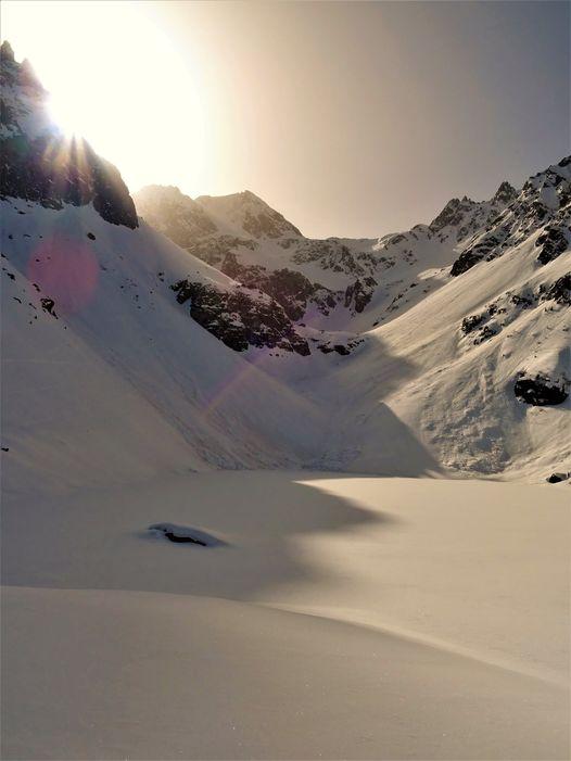 Belledonne, lac de Crop, lever du soleil. L'ambiance magique. Merci à Bouffée d'oxygéne pour la photo !