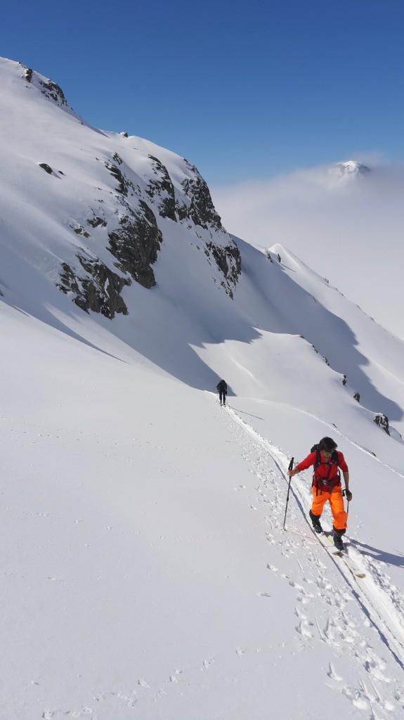 Ils sont de plus en plus nombreux à enchainer une montée en vélo depuis Grenoble puis le ski jusqu'aux sommets de Belledonne. Ici une photo de AO74 (postée sur Skitour) ce weekend en direction de la Croix de Belledonne