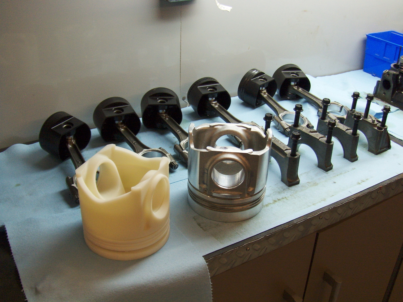 Non-Metal Ringless Ceramic Pistons in Comparison by NIAMA-REISSER