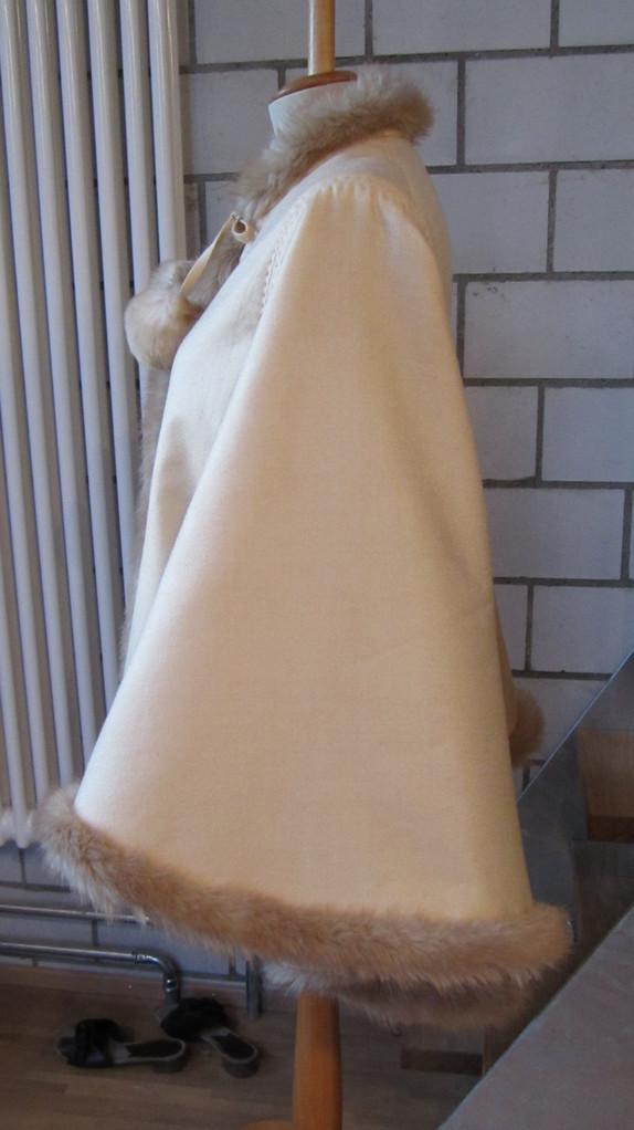 Seitenansicht:Ein Dolman wirkt von vorne und hinten wie eine Jacke, ist aber eigentlich ein weites Cape