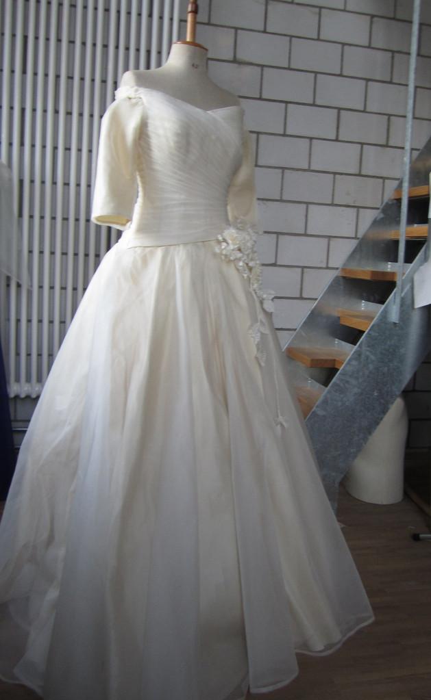 Champagnerfarbenes Brautkleid aus  Dupionseide und Seidenorganza