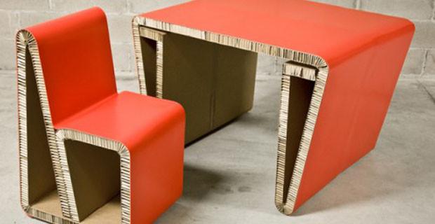 Blueprint Furniture ha realizzato sedie utilizzando travi di legno riciclate al 100%, prese da banconi del bar o tavoli da pranzo