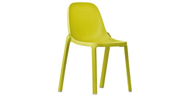 Broom, la seduta progettata da Philippe Stark per Emeco. Il materiale utilizzato è del tutto innovativo: si tratta di un materiale sintetico ricavato dal riciclo degli scarti industriali di legno e propilene