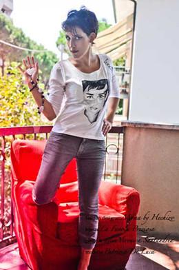 1. T-shirt in cotone dipinta a mano HECHIZO
