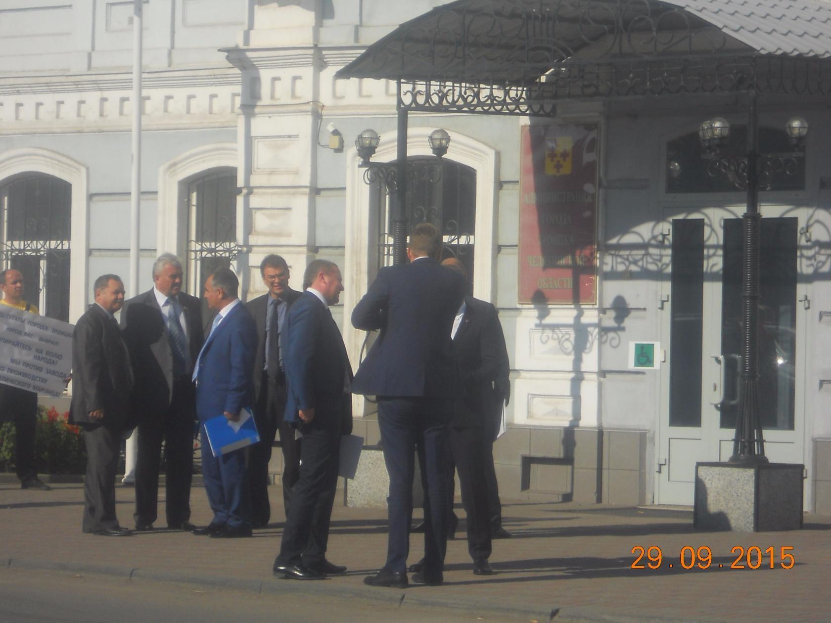 Одиночный пикет у администрации города Троицка. Мэр города и депутаты не обращают внимания.