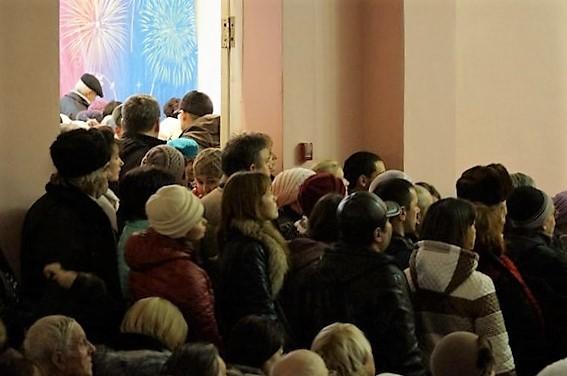 люди стояли в дверях и проходах