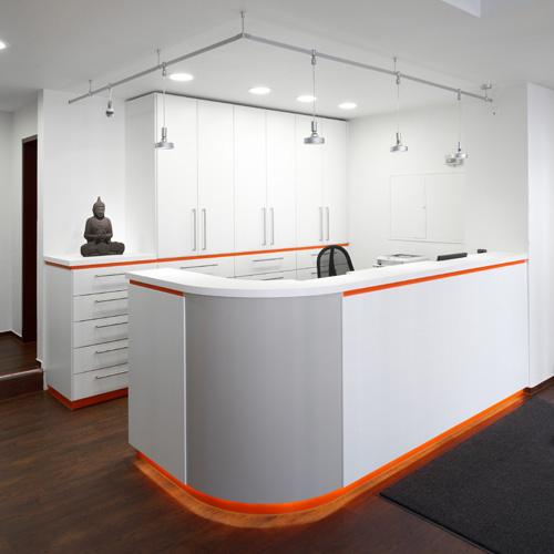 Design und Herstellung eines Empfangsbereichs  einer Zahnarztpraxis (Design: Linden | Boje)