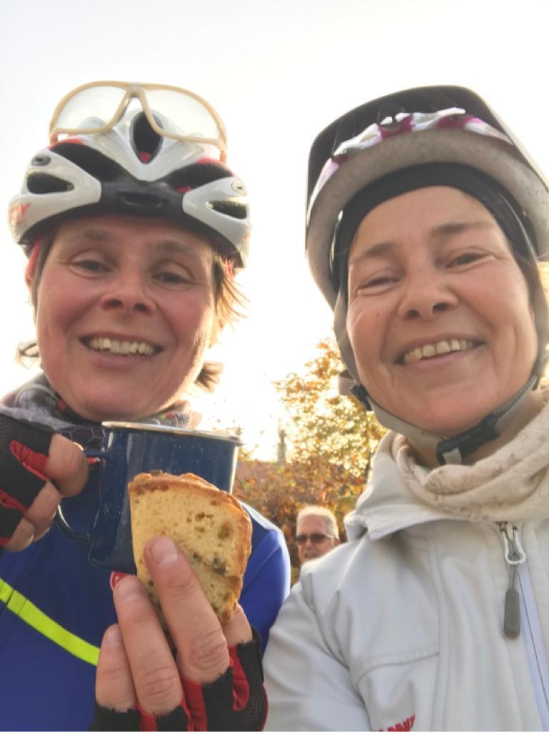November 2020 - Caro und Susanne bei Kaffee und Kuchenstop auf dem Königsstuhl - was der MTB-Rucksack so alles hergibt!