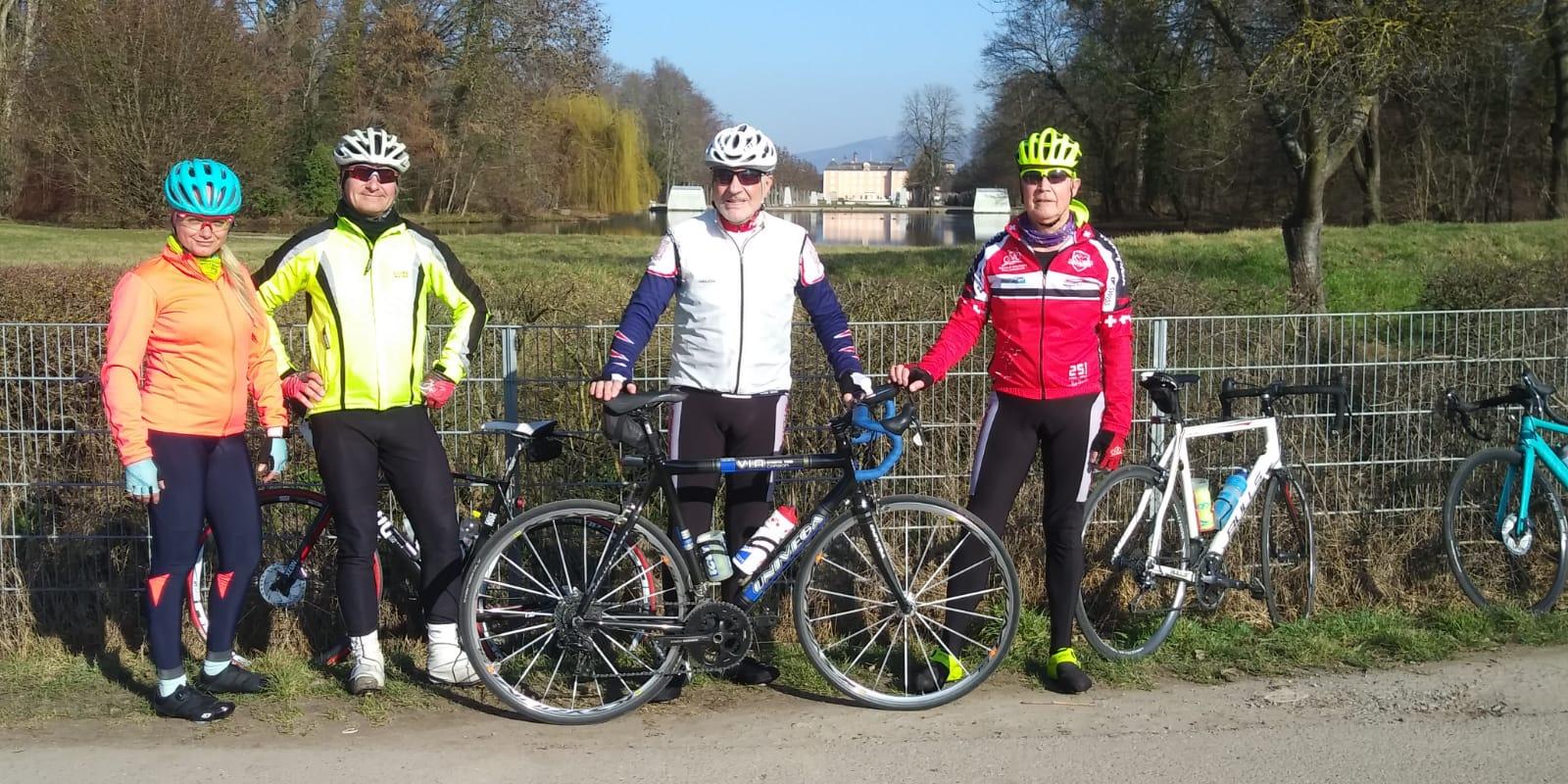 März 2021 - eine Woche im März waren Gruppenfahrten möglich - Mio, Werner, Klaus & Thomas vor dem Schwetzinger Schloß