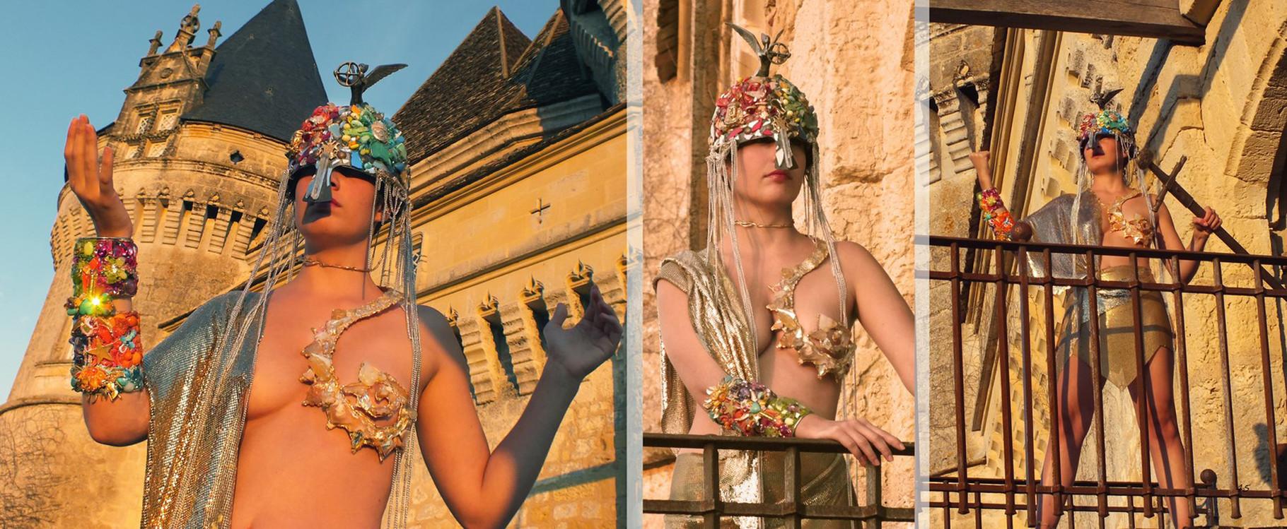 """Michèle Jarry des Loges, La déesse Gaïa avec le casque: """"A ma vie"""""""