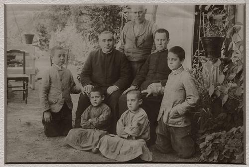 Padre Federico Salvador y Ramón (fundador de las Esclavas de la Inmaculada Niña) con los niños pobres a los que le encantaba servir
