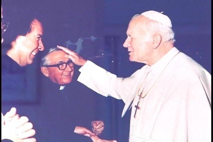 Padre Vicente Echarri Gil (fundador de los misioneros de la Natividad de María) con el papa Juan Pablo II