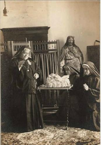 Madre Rosario con religiosas orando a María Niña Divina Infantita