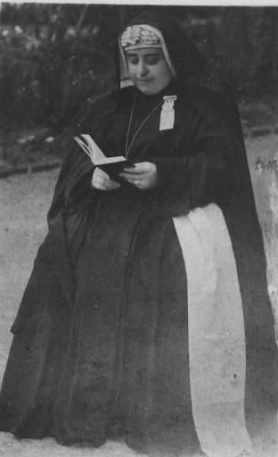 Madre Rosario leyendo