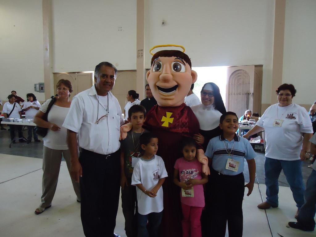 El padre Eusebio Salazar Alonso M.N.M. (fundador de los grupos de Esclavitud Mariana), niños de Tejupilco, religiosa de las primeras Amiguitas de María y la botarga de San Buenaventura