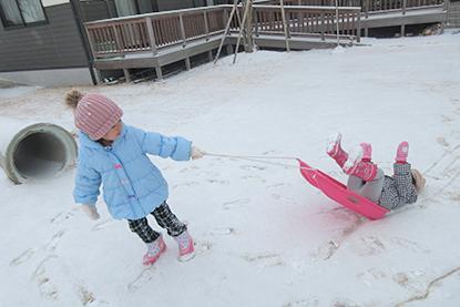 雪が降る日はみんなでそり遊び(^o^)