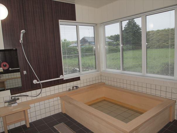 木造りのお風呂でゆったりと