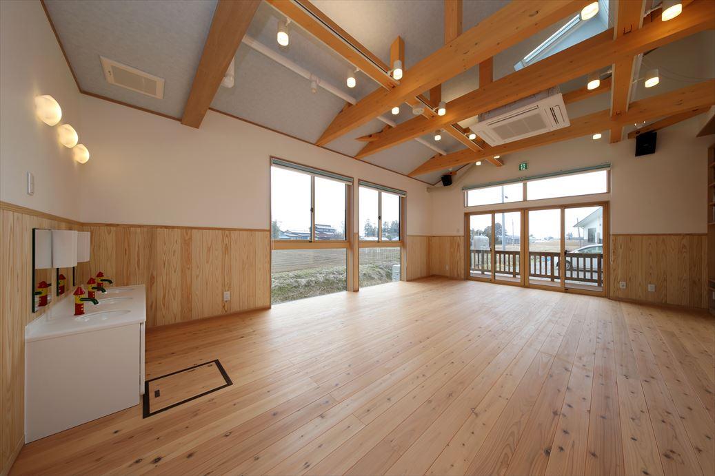 広々木造りの空間で、天井の梁も太い!
