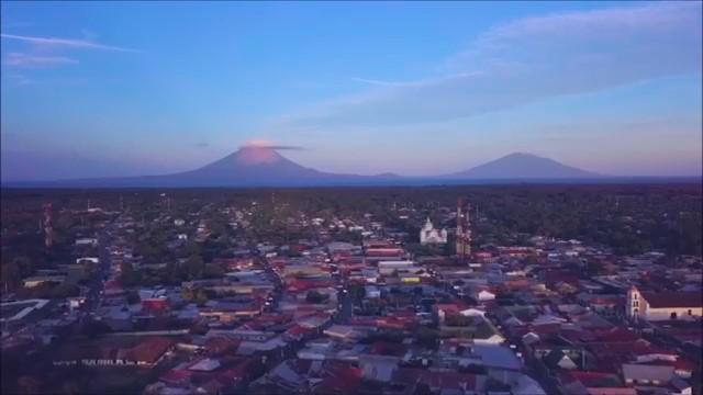 Vue aérienne de la ville de Rivas avec les volcans de l'Île de Ometepe en arrière-plan
