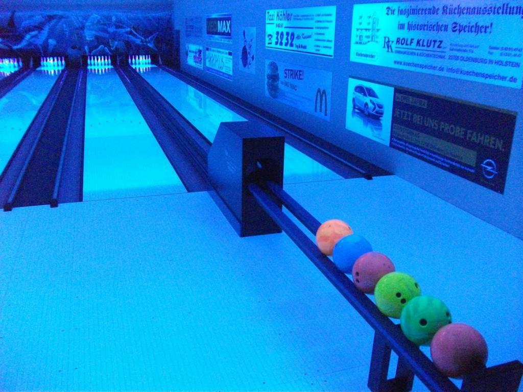 Unsere neuen Bowlingbahnen bei Schwarzlicht