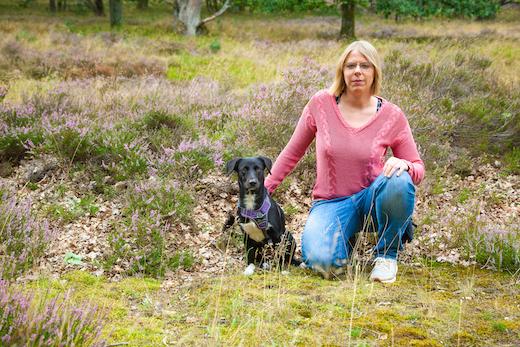 Hundetrainerin Rebecca und ihr Hund Naira in den Holmer Sandbergen
