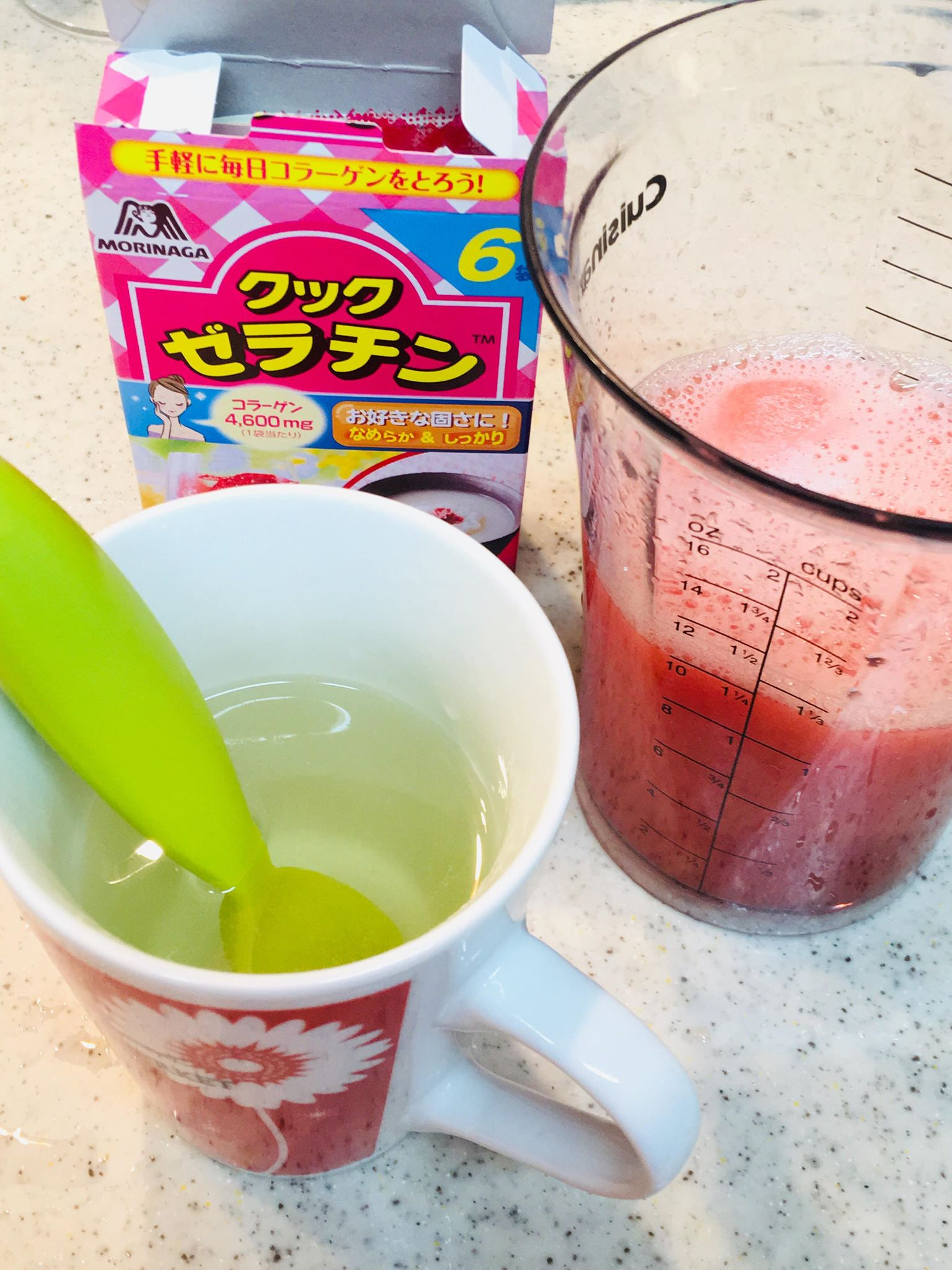 ゼラチンをお湯に溶かしてスイカ汁と合わせる